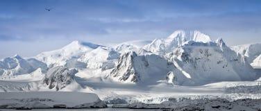 Snow-capped Berge stockfoto