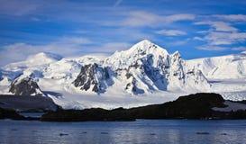Snow-capped Berge lizenzfreie stockfotografie