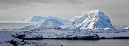 Snow-capped Berge stockbilder