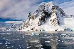 Snow-capped bergen stock afbeeldingen