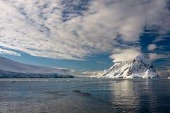 Snow-capped bergen stock foto's