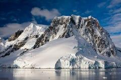 Snow-capped bergen royalty-vrije stock foto's