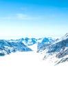 Snow-capped bergen tegen de blauwe hemel Stock Afbeeldingen