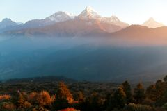 Snow-capped Himalayagebergte in Nepal bij zonsopgang royalty-vrije stock afbeelding