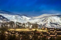 Snow capped kullar arkivbilder