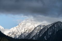 Snow capped mountain and misty clouds Royalty Free Stock Photos