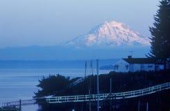Snow-capped Mt Regnerischer, von Seattle, WA lizenzfreie stockfotografie