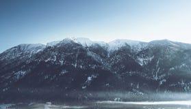 Snow-capped pieken in een alpien landschap royalty-vrije stock afbeeldingen