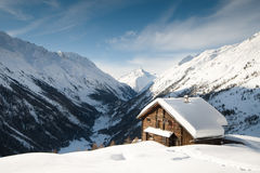 Snow coverd cabin Royalty Free Stock Images