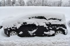 Snow-covered auto in Moskou Royalty-vrije Stock Afbeelding