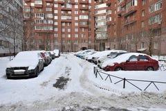 Snow-covered auto's in het parkeerterrein Royalty-vrije Stock Afbeeldingen