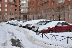 Snow-covered auto's in het parkeerterrein Stock Foto's