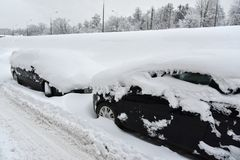 Snow-covered auto's na een sneeuwval Royalty-vrije Stock Afbeelding