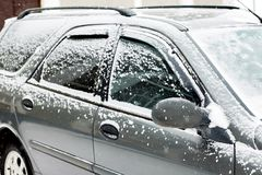 Snow-covered auto tijdens de wintersneeuwval Het verkeer wordt tegengehouden stock afbeeldingen