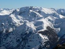 Snow-covered bergbovenkant stock fotografie