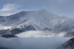 Snow-covered bergen in de wolken Stock Foto