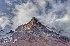 Snow-covered bergkroon in de mist Royalty-vrije Stock Afbeelding