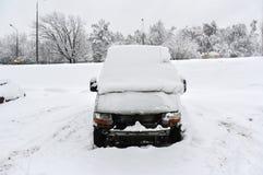 Snow-covered bestelwagen in een parkeren Stock Afbeeldingen