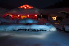 SNOW-COVERED BOERDERIJ IN DE NACHT Royalty-vrije Stock Afbeelding