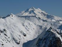 Snow-covered bovenkant van de Berg in zonneschijn stock afbeeldingen