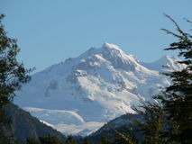 Snow-covered bovenkant van de Berg in zonneschijn royalty-vrije stock afbeelding