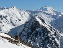 Snow-covered bovenkant van de Berg in zonneschijn stock afbeelding