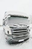 Snow-covered Fahrerhaus des LKW Stockfotos