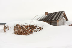 Snow-covered huis. Stock Foto