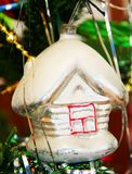 Snow-covered huis. Antiek speelgoed. Royalty-vrije Stock Afbeelding