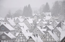 Snow-covered huizen in Duitse stad Stock Foto's