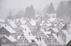 Snow-covered Häuser in der deutschen Stadt Stockfotos
