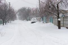 Snow-covered kleine straat van de voorstad van de stad van Dnepropetrovsk na sneeuwval en suikerglazuur over Stock Afbeeldingen