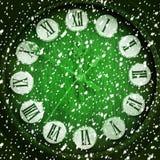 Snow-covered klok op groene achtergrond Stock Afbeeldingen