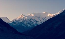Snow covered mountain ridge at sunrise. Royalty Free Stock Photos