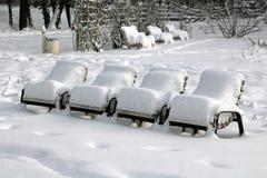 Snow-covered park-stoelen in een gemeentelijk park Stock Afbeeldingen