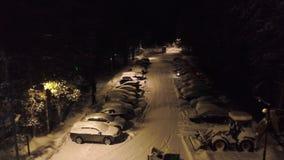 Snow-covered parkeren in bosklem Hoogste mening van parkeren met snow-covered auto's en bevindende bulldozers om sneeuw schoon te stock footage