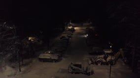 Snow-covered parkeren in bosklem Hoogste mening van parkeren met snow-covered auto's en bevindende bulldozers om sneeuw schoon te stock videobeelden