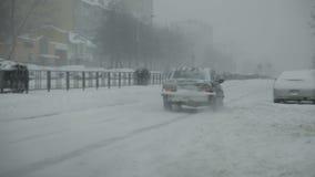Snow-covered stadsweg met auto's in de sneeuw stock video