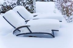 Snow-covered tuinmeubilair royalty-vrije stock foto's