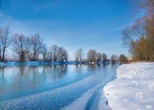 Snow-covered vinterflod Arkivbild