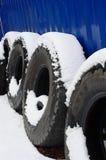 Snow-covered vrachtwagenbanden Stock Foto's