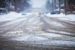Snow-covered weg, de tekens van wielen Stock Foto's