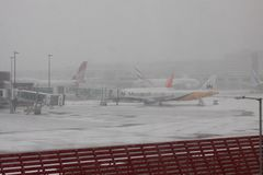 Snow Disruption at Gatwick Airport. UK causes delays to travelers Stock Photo