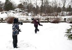 Snow klumpa ihop sig slagsmål Royaltyfri Fotografi