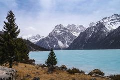 Frozen lake in early spring. Snow mountain , frozen lake , the early spring scenery of the qinghai-tibet plateau.  Yilhun Lhatso lake , SiChuan province , china Stock Photo