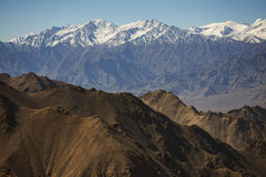 Snow mountain range at road side viewpoint on the way to Khardung La from Leh LADAKH, INDIA Stock Photography