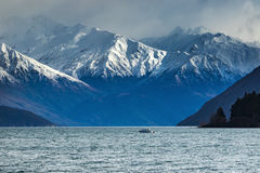 Snow mountain scene and motor boat over lake wanaka beautiful de Royalty Free Stock Photos
