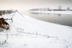Snow och flod royaltyfria bilder