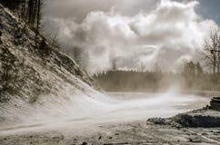 Snow som blåser över en väg royaltyfri foto