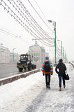 Snow-täckt gata för Snowblower frikänder Royaltyfri Fotografi